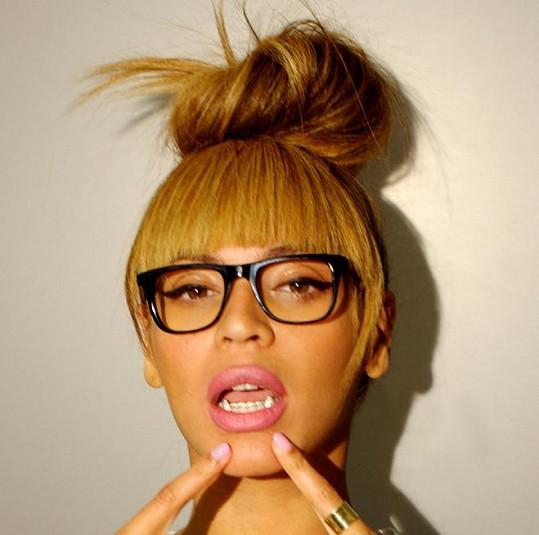 Beyoncé upozorňuje na umělé upíří zuby.