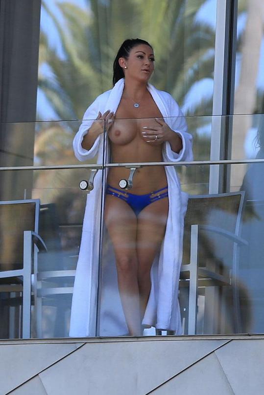 Na balkónu hotelového pokoje v Malibu si nejprve rozhalila...