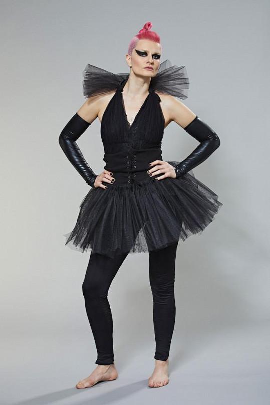 Ve třetí řadě se Iva jako Pink vrátila. Zazpívala Just Like Fire.