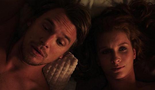 Denisa Nesvačilová a Vojtěch Dyk hráli ve filmu Přes prsty partnery.