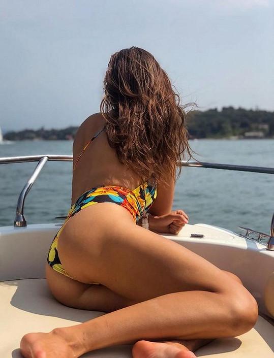 Na lodi moderátorka předvedla své dokonalé pozadí.