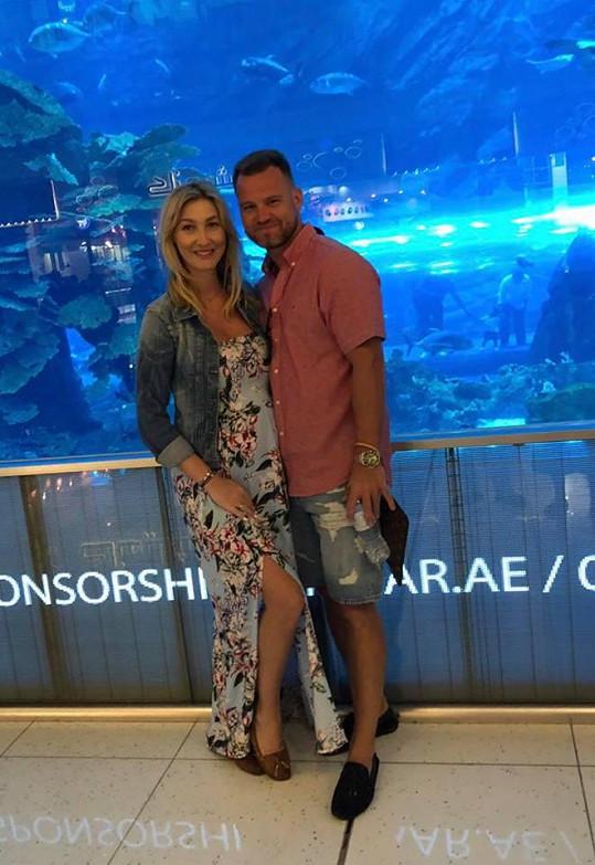 Dominika s Tomášem si byli prohlédnout obří akvárium v Dubai Mallu.