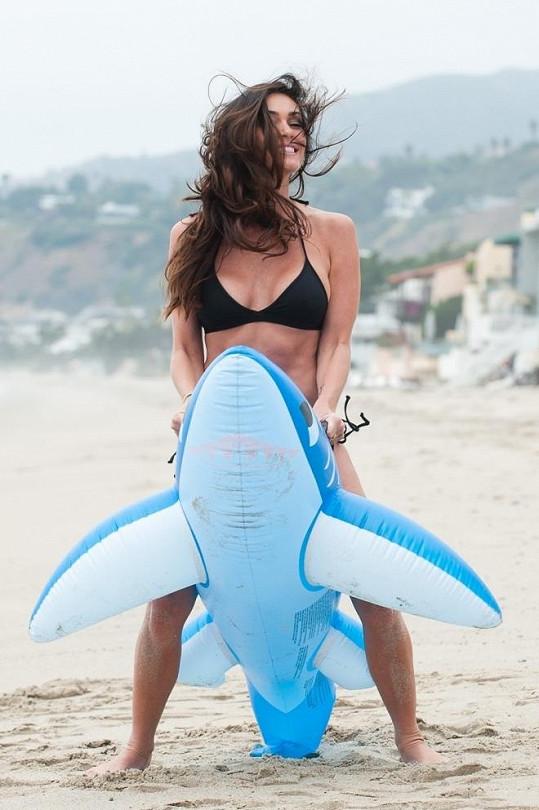 Jasmine Waltz se během focení vyřádila na nafukovacím žralokovi.