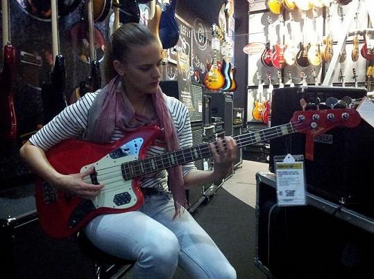 V obchodě s hudebními nástroji se cítila jako v ráji.