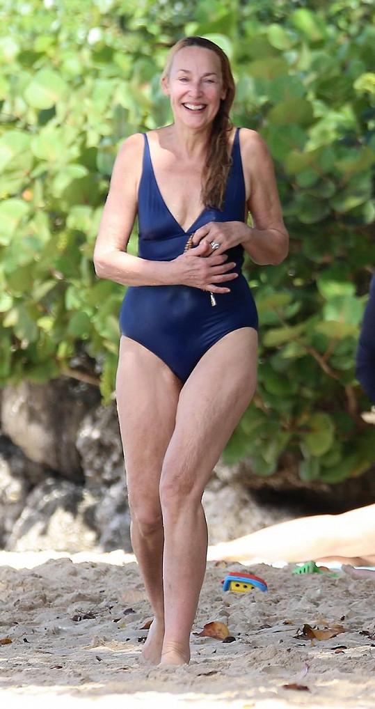 I po šedesátce vypadá v plavkách výborně.