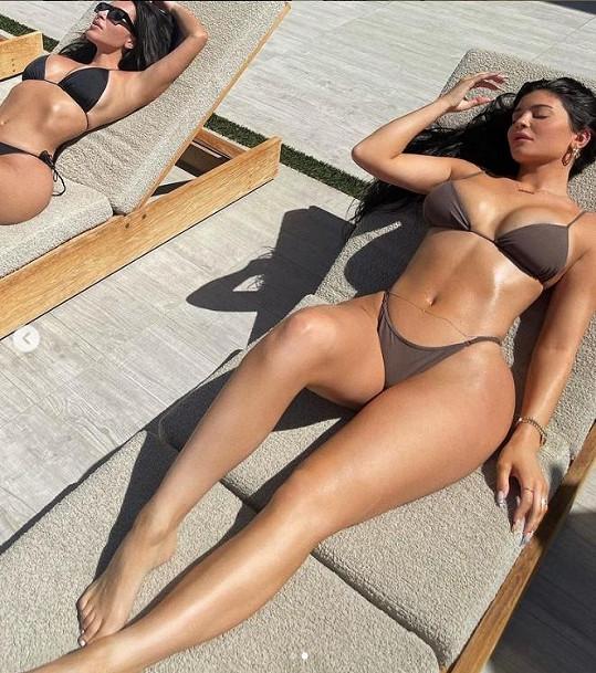 Kylie Jenner (vpravo) se podělila o bikinové snímky se sestrou Kim Kardashian.