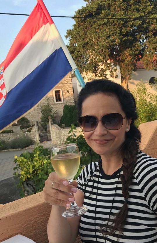 Na Jadran si přivezla vlastní víno.