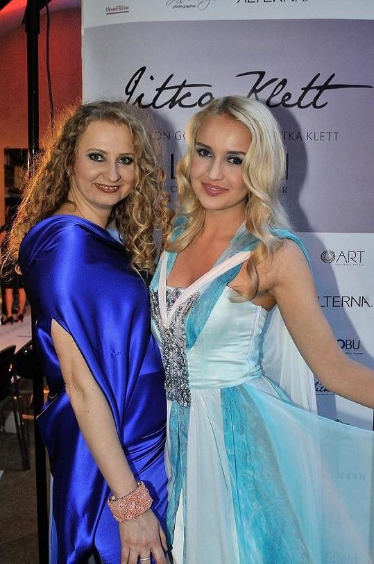 Dominika Synková s módní návrhářkou Jitkou Klett (vlevo).