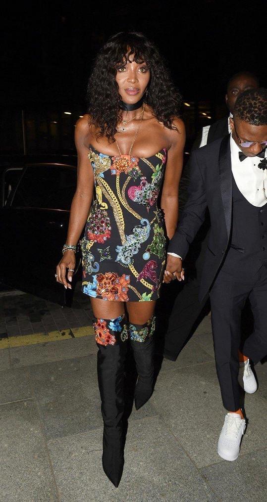 Naomi Campbell málem z šatů vypadla ňadra.