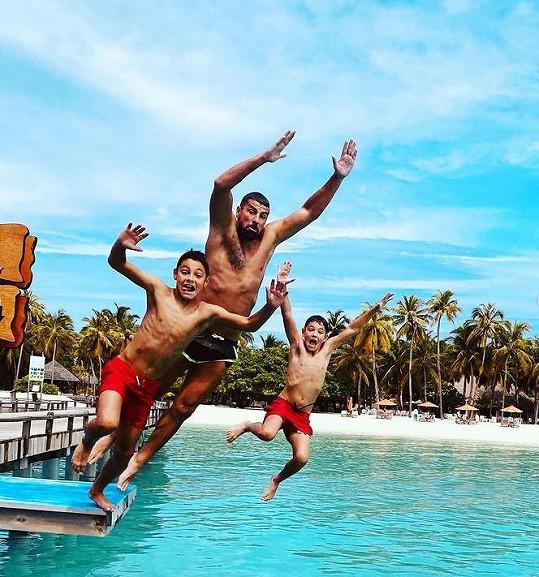 Fotbalista si se syny užívá na Maledivách.