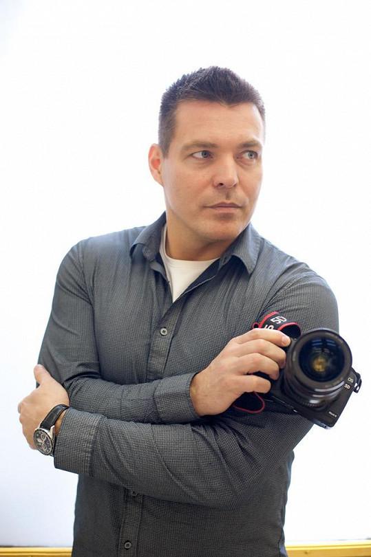 Fotograf celebrit a přírody Robert Novotný Elišce pomáhá s učením.