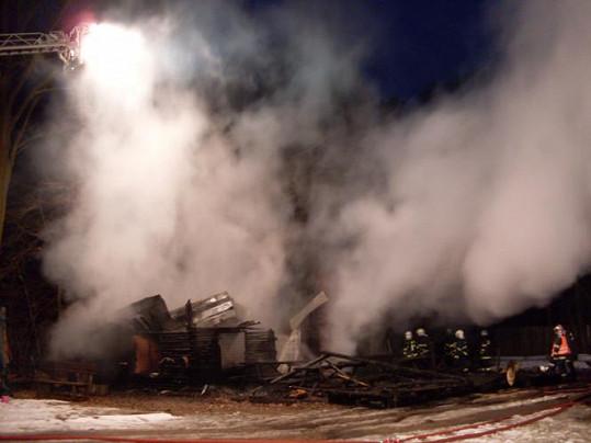 Hasiči požár po necelé hodině dostali pod kontrolu.