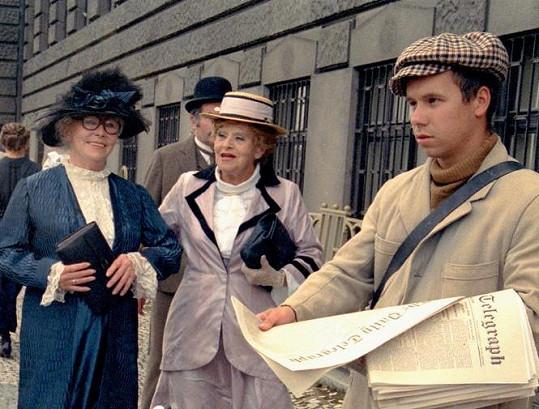 Vlasta Fabianová (vlevo) a Nelly Gaierová v seriálu Dobrodružství kriminalistiky. Pro Fabianovou to byla poslední televizní příležitost.