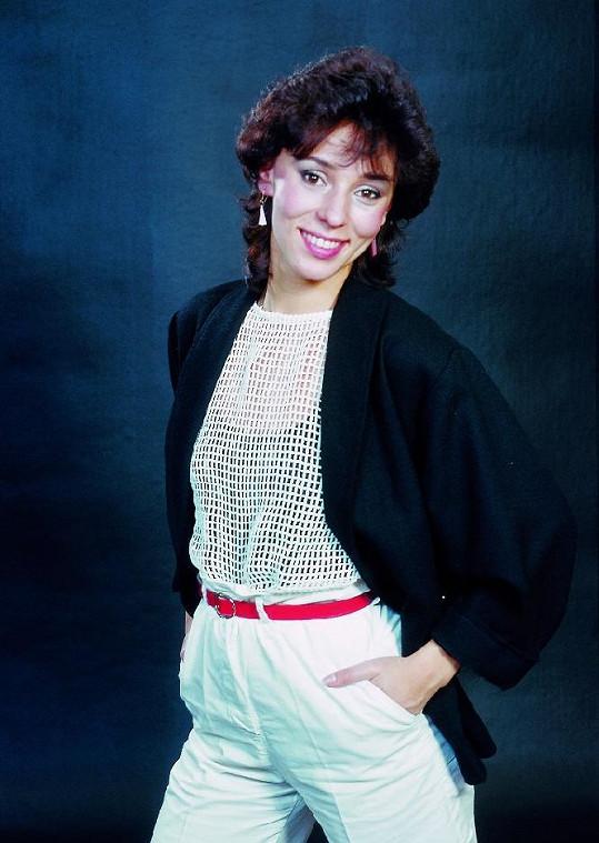 V 80. letech už si pomalu nechávala narůst dlouhé vlasy.