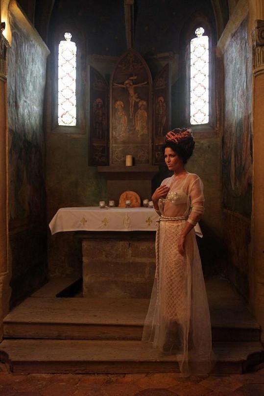 Gábina Partyšová v zámecké kapli.