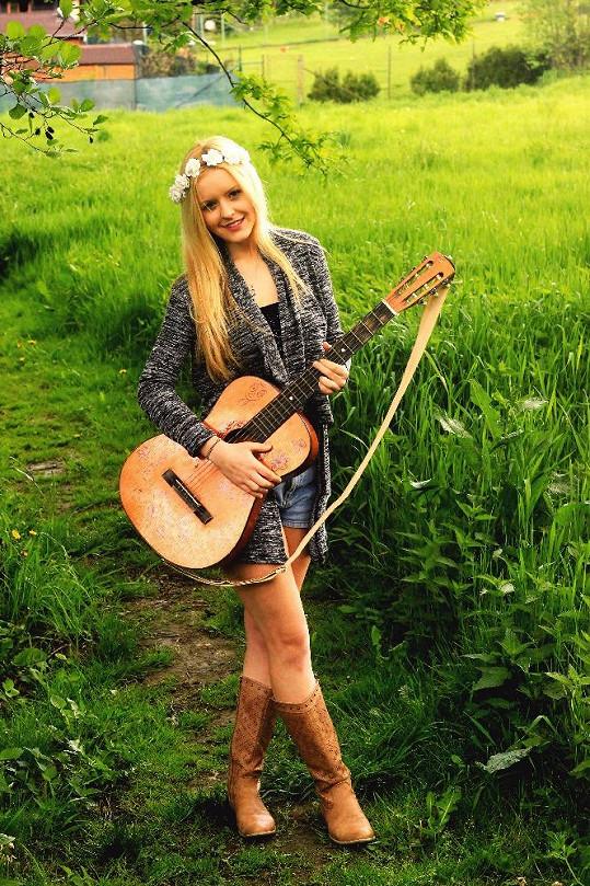 """Veronika Vrublová alias Vivi je českou zpěvačkou a popovou písničkářkou s prvky """"bro country""""."""