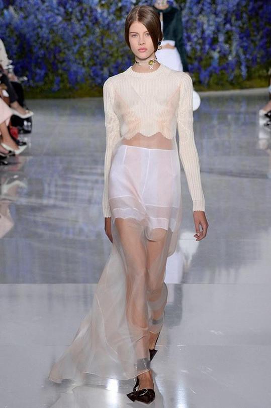 Takto předváděla kolekci Diora pro jaro a léto 2016.