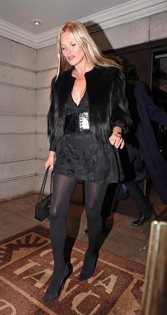 Kate Moss totiž odjakživa miluje minišaty a chlupaté kožichy.