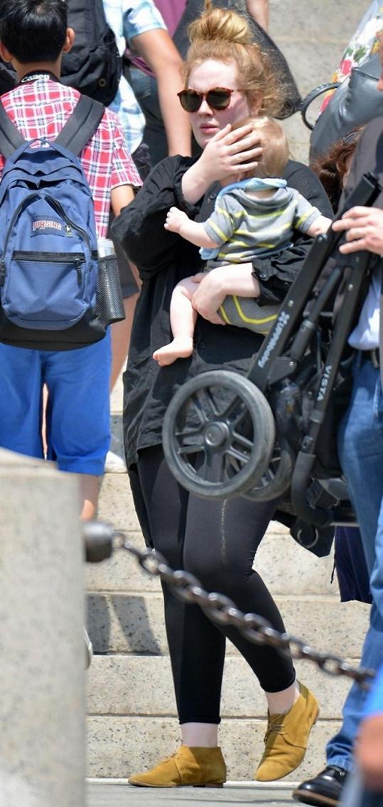 Britská zpěvačka a její osmiměsíční syn v New Yorku.