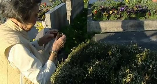 Jirásková si připíjela nad hroby svých velkých lásek.