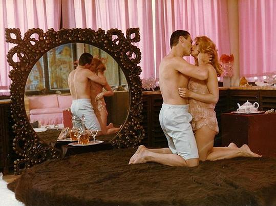 Josef Nedorost se často před kamerou svlékal. Tady je ve filmu Anděl svádí ďábla.