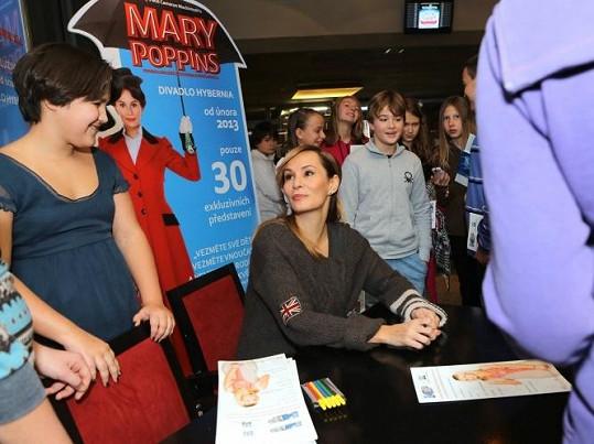 Monika uspořádala pro dětské diváky autogramiádu.