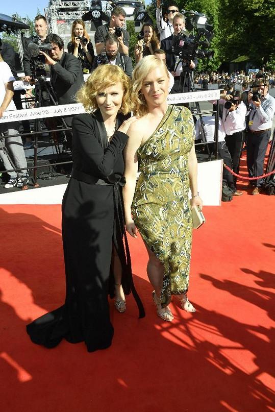Ester (vpravo) se sestrou Aňou Geislerovou na karlovarském filmovém festivalu