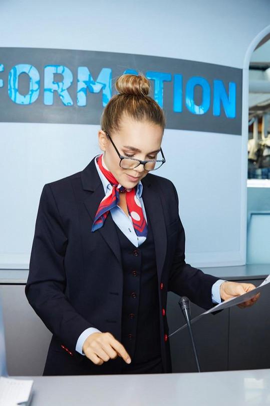 Lucie se převtělila do pracovnice letištních informací.