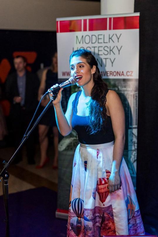 Slavnostní galavečer zahájila svým hudebním vystoupením zpěvačka Tereza Vítů, známá také jako herečka ze seriálu Ulice.
