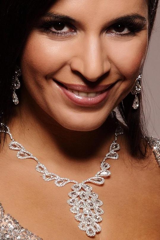 Půvab zpěvačky doplnily atraktivní šperky.