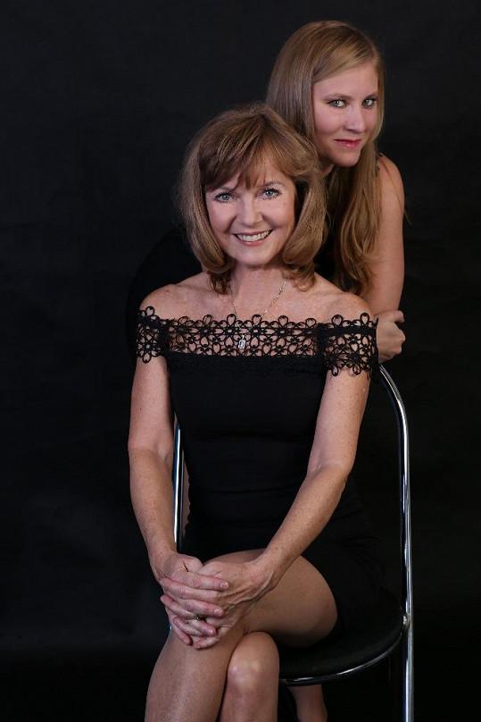 Jarmila Švehlová se svou dcerou Marianou hraje v představení Zrcadla.