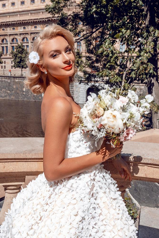 S krásnou kyticí a v šatech Beaty Rajské vypadala Bára půvabně.