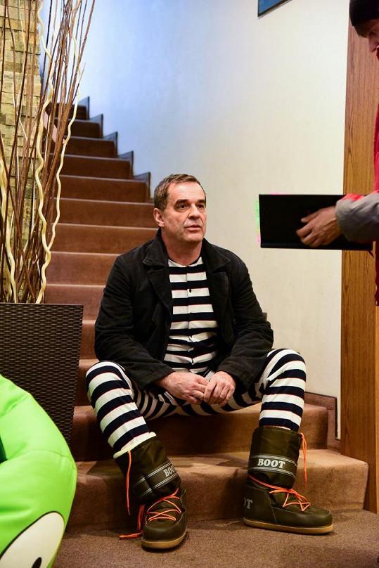 Mirek Etzler hraje Markova prostopášného bratra, který nemá vkus v oblékání.
