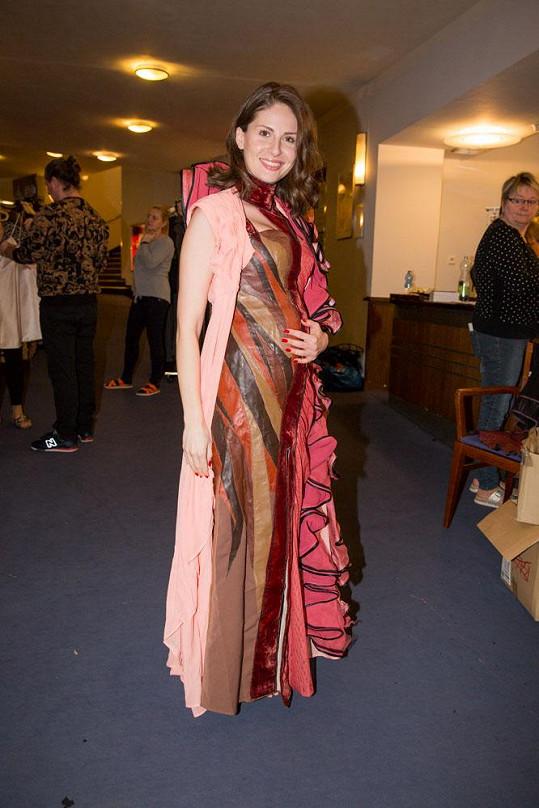 Zpěvačka v kostýmu pro představení Kat Mydlář