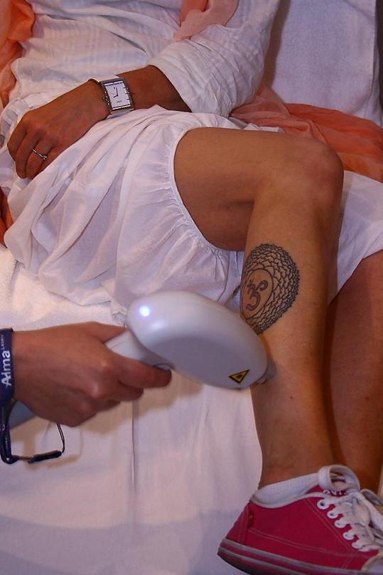 Toto tetování Marcele pomáhá vyrovnat se s životními problémy.