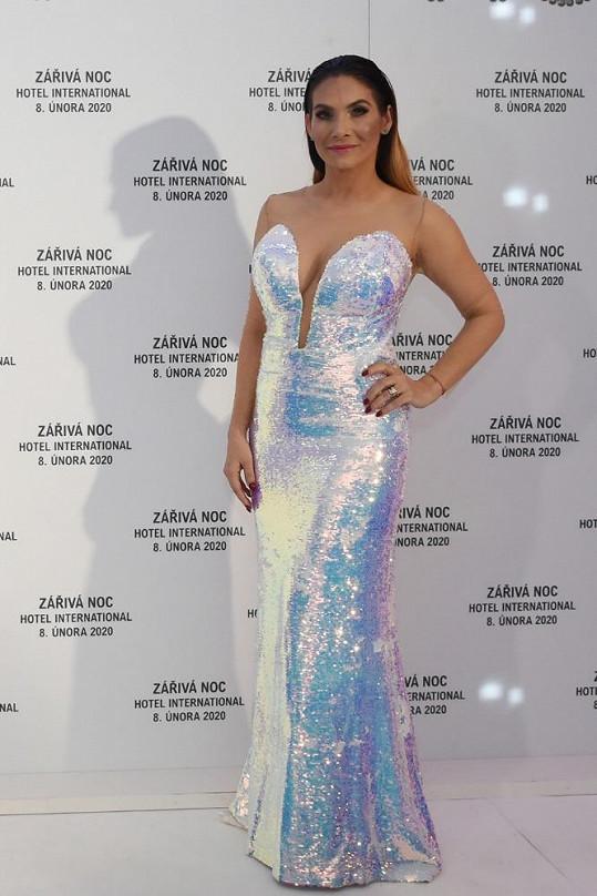 Na ples moderátorka a v současné době i herečka Eva Decastelo dorazila o hodinu později, protože v Praze točila seriál Slunečná.