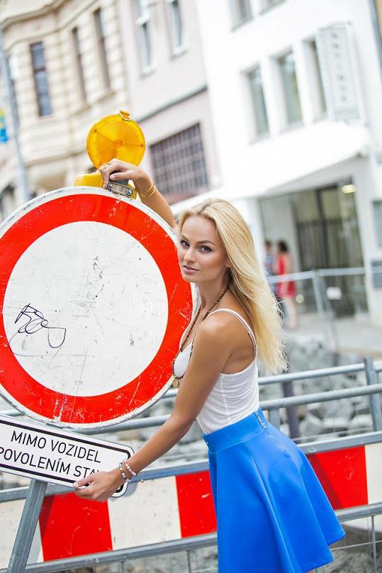 Modelka se rozhodla pomoci opravit brněnské náměstí.