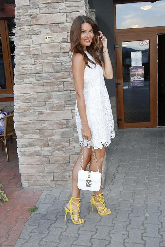 Jako modelka má ideální výšku, s podpatky je ale ráda, že projde dveřmi.