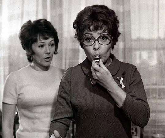 Jiřina Bohdalová se Zdenou Hadrbolcovou ve filmu Ženy v ofsajdu (1971)