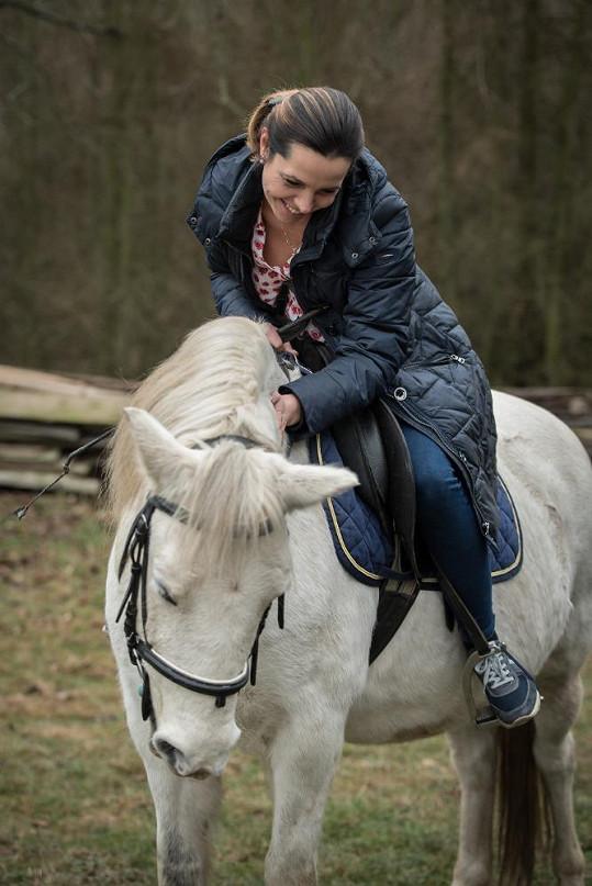 Vyzkoušela si i jízdu na koni.