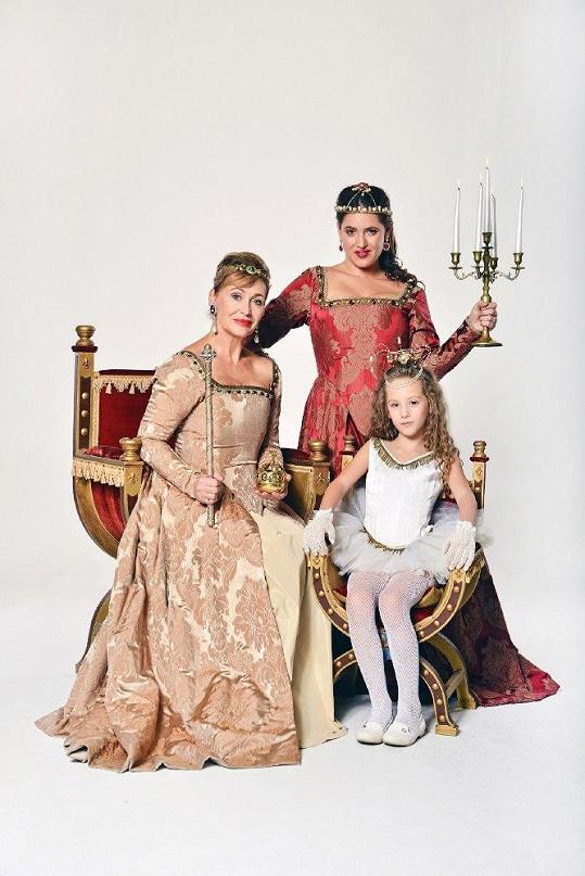 Fotku v podobě obrazu věnuje zpěvačka Fondu ohrožených dětí.