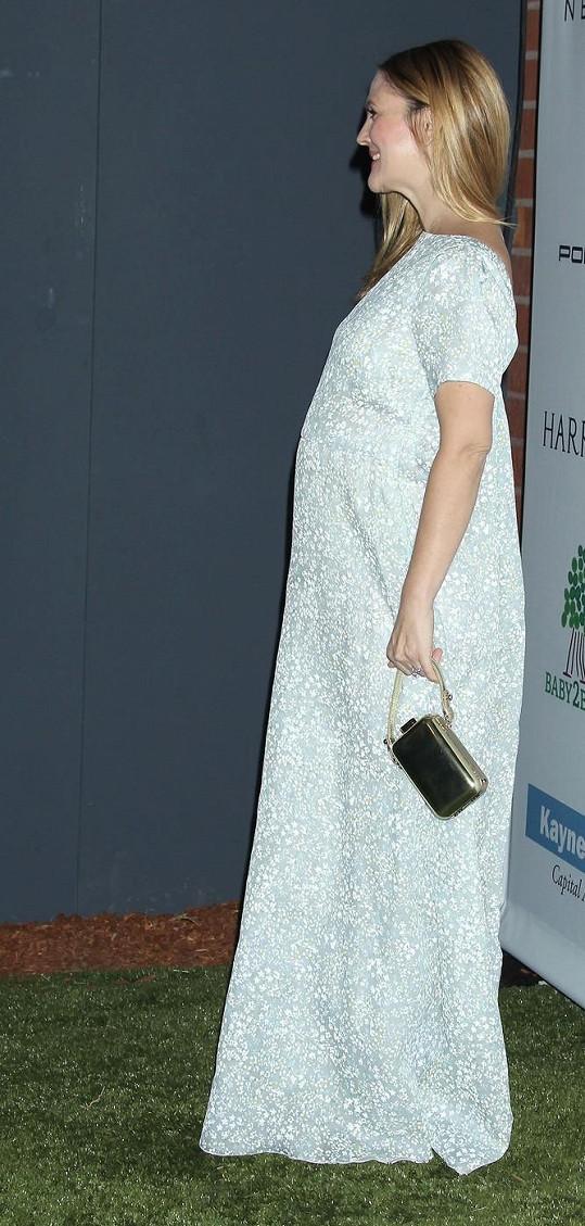 Drew Barrymore se pochlubila těhotenským bříškem.