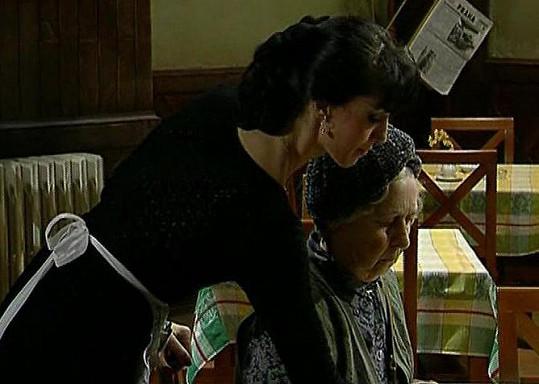 Eva Čížkovská s Věrou Tichánkovou v seriálu Hospoda.
