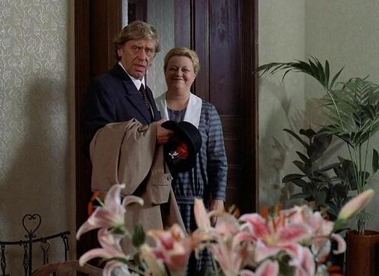 Horst Frank a Gabriela Wilhelmová v seriálu Dobrodružství kriminalistiky v díle Hon na rozhlasových vlnách. Seriál reprízuje Česká televize.