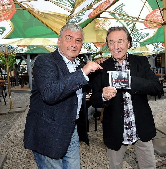 Miroslav Donutil s Karlem Gottem a deskou, která vyšla ve vydavatelství Karla Vágnera.