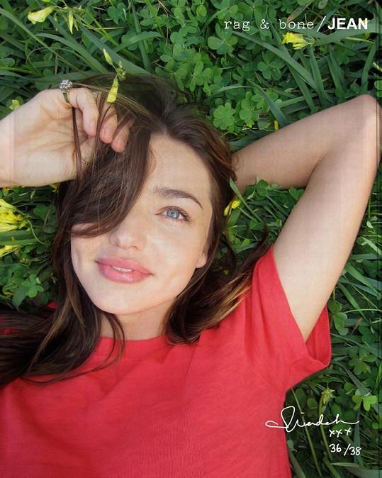 Miranda Kerr v trávě.