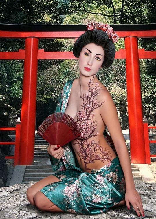 Japonská gejša s cudnou tváří a provokací v očích.