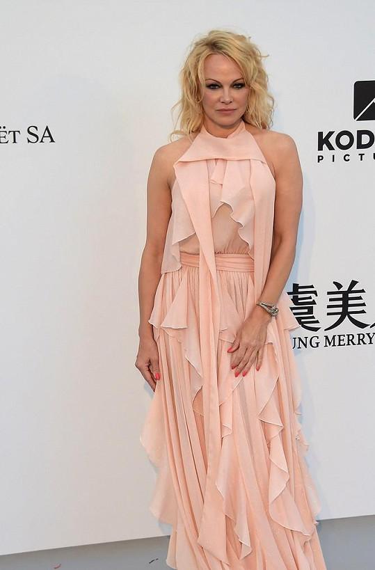 Pamela Anderson popřela svatbu se slavným producentem.