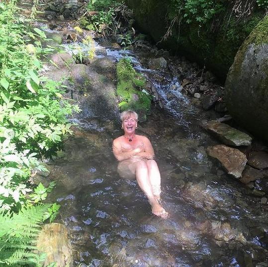 Sandra Pogodová se zvěčnila v ledovém potoce nahá.