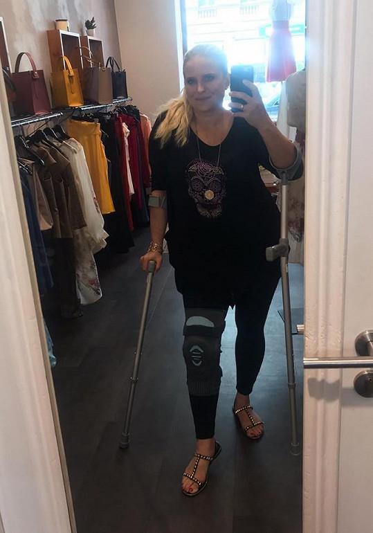 Místo toho skončila s utrženým vazem v koleni a nohou v ortéze.